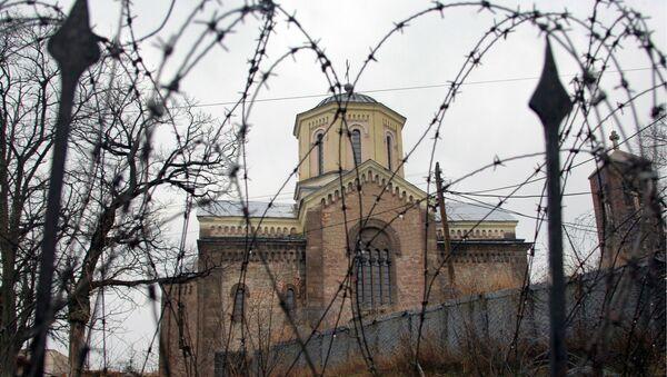 Полуразрушенный и сожженный изнутри сербский православный храм в Приштине. Архивное фото
