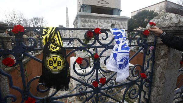 Цветы на месте гибели немецких туристов во время теракта в Стамбуле