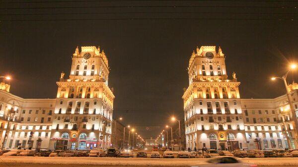Ночной вид привокзальной площади центрального железнодорожного вокзала Минска. Архивное фото