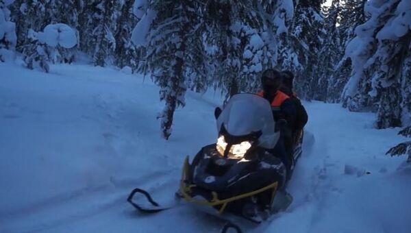 Спасатели на снегоходах увезли с перевала Дятлова тело погибшего. Съемка МЧС