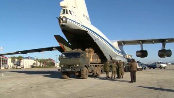Погрузка в транспортный самолет гуманитарного груза. Архивное фото