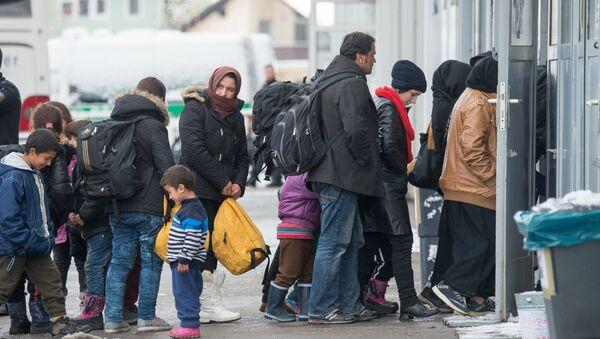 Беженцы в очереди на регистрацию в Пассау, Германия. 16 января 2016 года. Архивное фото