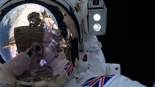 Тим Пик во время выхода в космос. Архивное фото