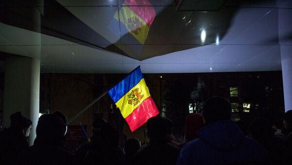 Флаг Молдавии во время акции протеста в Кишиневе. Архивное фото