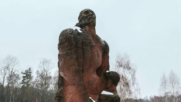 Памятник Матери с ребенком на месте лагеря смерти