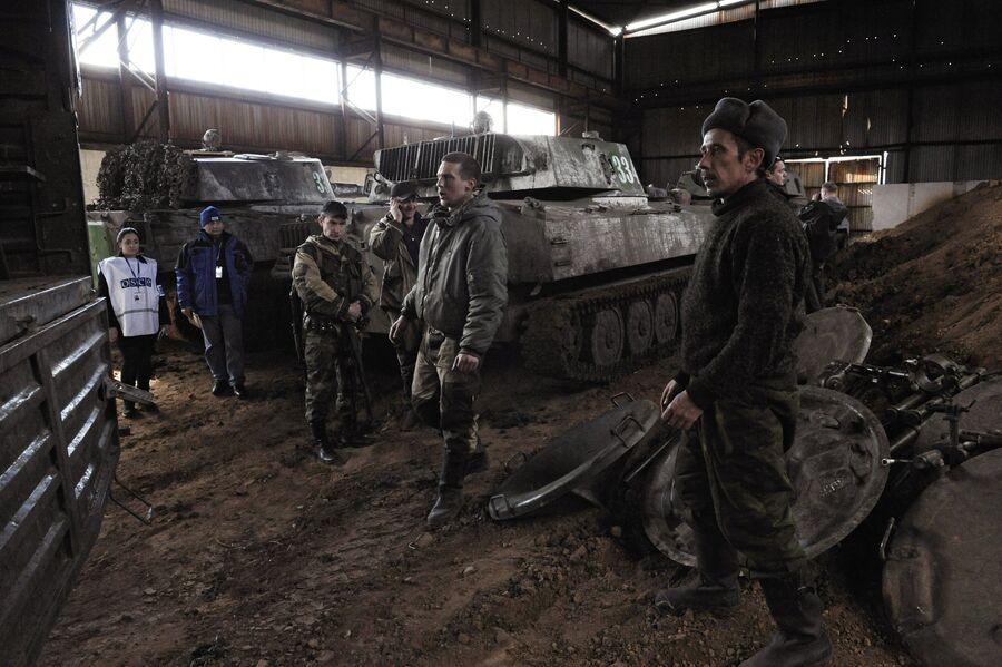 Ополчение ДНР отводит минометы из Донецка