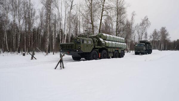 Пусковые установки зенитной ракетной систем С-400 Триумф и самоходный зенитный ракетно-пушечный комплекс Панцирь-С1 (слева направо) на марше в Московской области