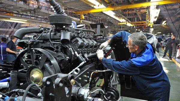 Рабочий в цехе сборки кузовов и шасси на автомобильном заводе КАМАЗ