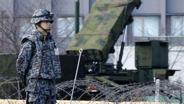 Военный возле зенитно-ракетного комплекса Patriot сил самообороны Японии. Архивное фото