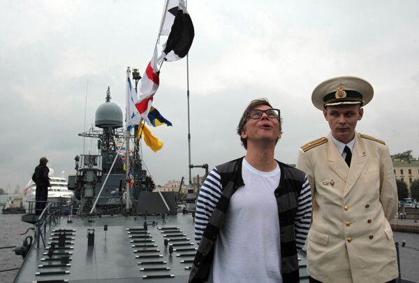 Солист группы Мумий Тролль Илья Лагутенко осматривает палубу сторожевого корабля Ярослав Мудрый
