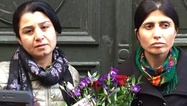 Несрин Абдалла произносит речь о погибших и возлагает цветы от имени всего бойцов курдской армии