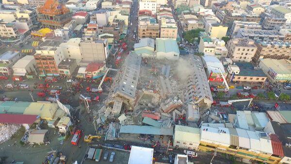 Высотный жилой дом рухнул во время землетрясения на Тайване. Съемка с дрона