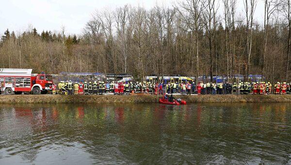 Службы спасения на месте столкновения двух пассажирских поездов в Германии. 9 февраля 2016