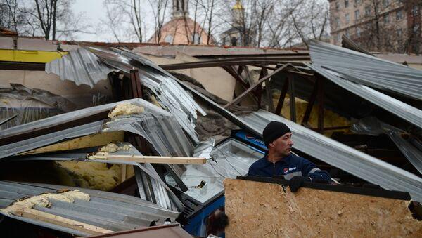 Сотрудник компании Pepsi на месте снесенных в ночь на 9 февраля незаконно построенных торговых павильонов у метро Сокол в Москве. Архивное фото