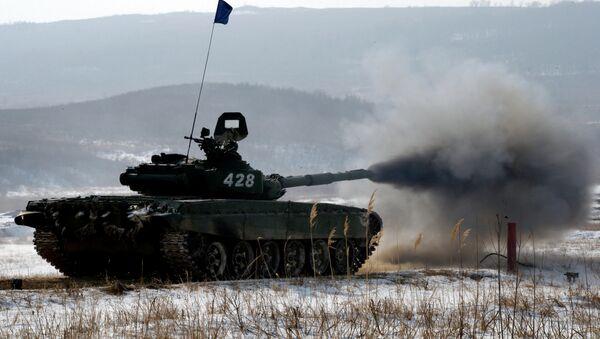 Танк Т-72 на дистанции этапа по танкового биатлону. Архивное фото
