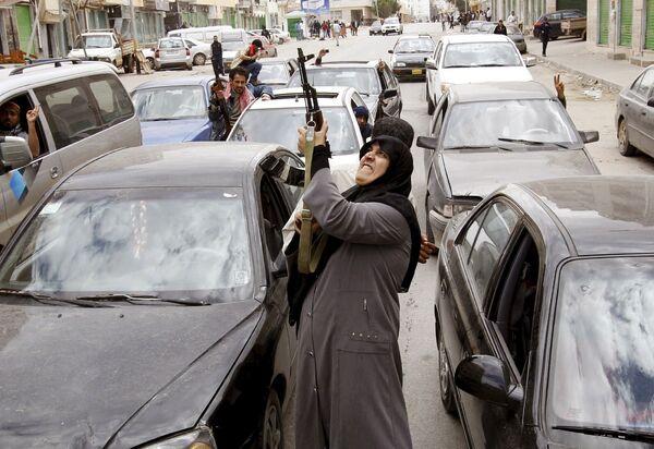 Повстанцы празднуют освобождение Бенгази от войск Муаммара Каддафи. Март 2011