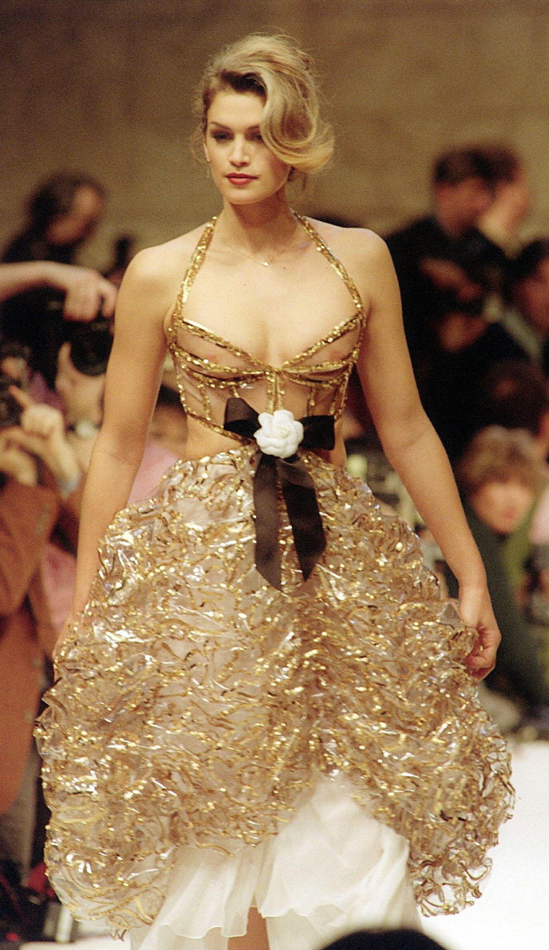 Супермодель Синди Кроуфорд во время показа коллекции Chanel. 1993 - РИА Новости, 1920, 17.02.2021
