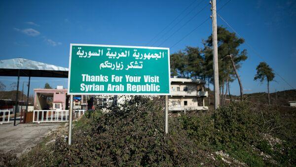 Табличка возле закрытого контрольно-пропускного пункта на сирийско-турецкой границе в районе города Кесаб. Архивное фото