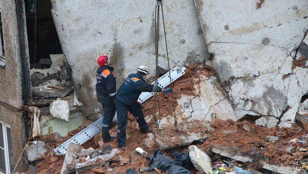 Сотрудники МЧС разбирают завалы после взрыва бытового газа в пятиэтажном доме во Фрунзенском районе Ярославля. 16 февраля 2016 год