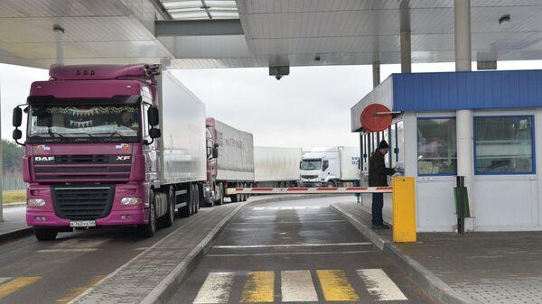 Российские грузовики в очереди на пересечении белорусско-литовской границы в пункте пропуска Бенякони в Гродненской области Белоруссии