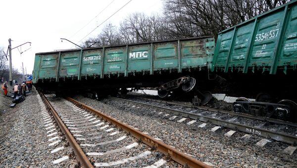 Восстановительные работы в районе станции Ясиноватая в Донецкой области, где в результате подрыва электровоза сошли с рельсов семь вагонов