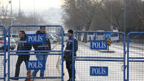 Полиция на месте взрыва у общежития для военных в центре Анкары, Турция. 18 февраля 2016 год