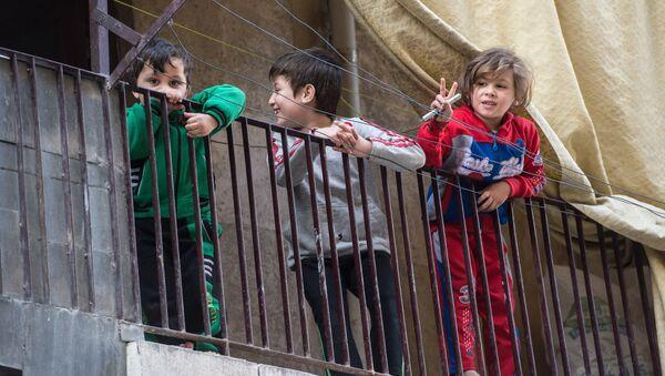 Дети в жилом квартале в Сирии. Архивное фото