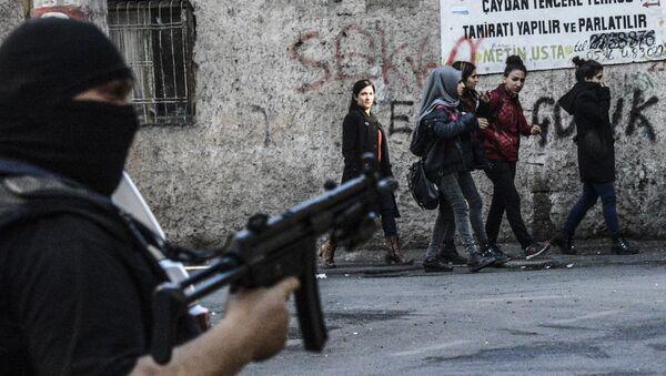 Сотрудник полиции на улице города Диярбакыр, Турция