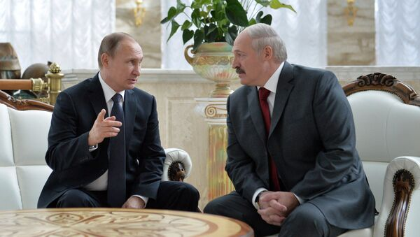 Президент России Владимир Путин и президент Белоруссии Александр Лукашенко во время беседы. Архивное фото