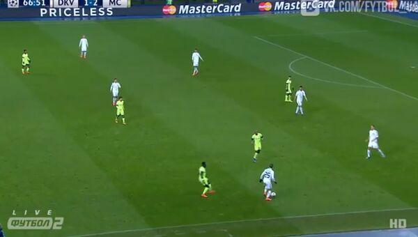 Скриншот с кадром из видео с футбольного матча во время которого болельщики освистали президента Украины Петра Порошенко