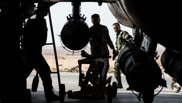 Военнослужащие сирийской армии готовят к вылету самолет СУ-22 на базе Военно-воздушных сил Сирии в провинции Хомс