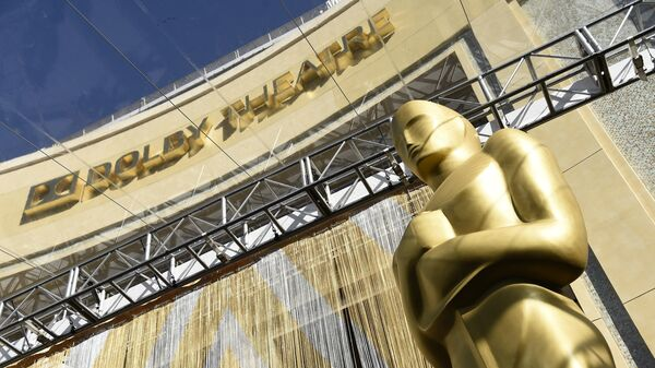 Статуя Оскара перед входом в Dolby Theatre в Лос-Анджелесе