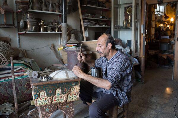 Чеканщик в мастерской на окраине Дамаска в первый день перемирия