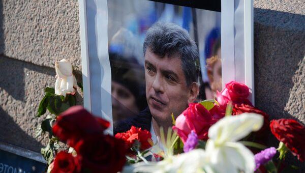 Послы стран-членов Евросоюза, возложили цветы на место убийства Б.Немцова. Архивное фото