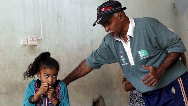 Девочка со своим тренером по боксу на тренировке в Карачи, Пакистан