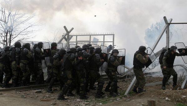 Полиция Македонии применяет слезоточивый газ против беженцев, которые пытаются прорвать ограждения на границе Греции и Македонии