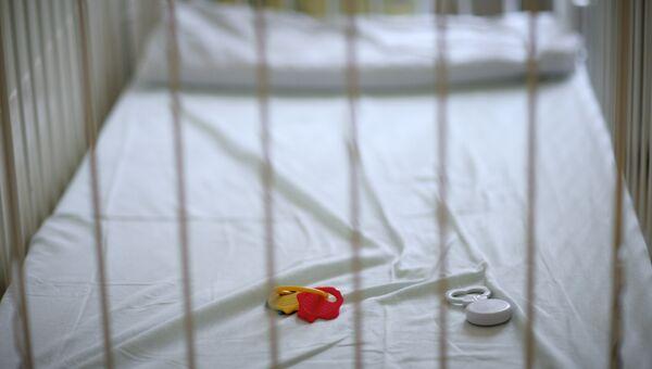 Пустая детская кроватка с игрушками в больнице. Архивное фото