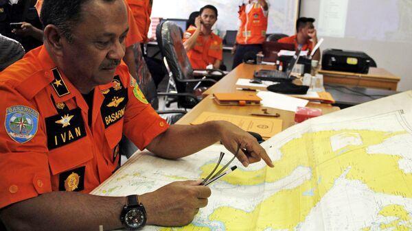 Члены службы спасения BASARNAS Индонезии