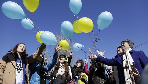 Жители Симферополя запускают воздушные шары в честь украинского поэта Тараса Шевченко. 2015 год
