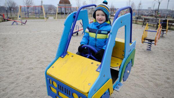 Ребенок на детской площадке в Донецке. Архивное фото