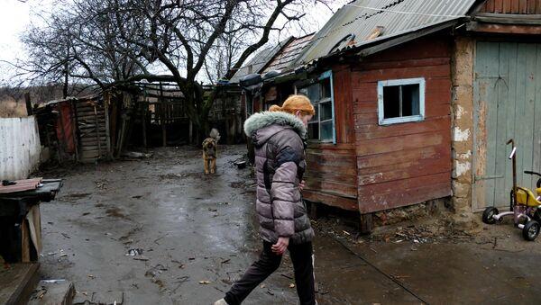 Девушка во дворе своего дома в поселке Зайцево под Горловкой. Архивное фото