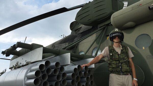 Летчик у российского транспортно-штурмового вертолета МИ-8АМШТ на аэродроме Хмеймим в Сирии