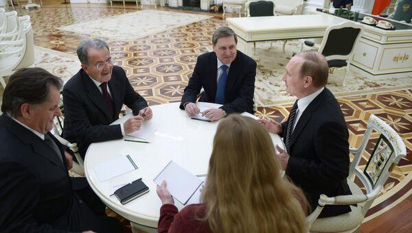 Президент России Владимир Путин (справа) и бывший председатель Совета министров Италии Романо Проди (второй слева) во время встречи в Кремле