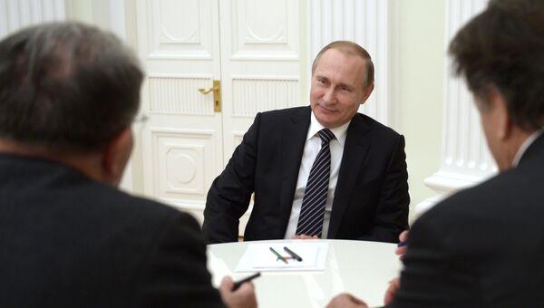Президент России Владимир Путин (в центре) и бывший председатель Совета министров Италии Романо Проди (слева) во время встречи в Кремле