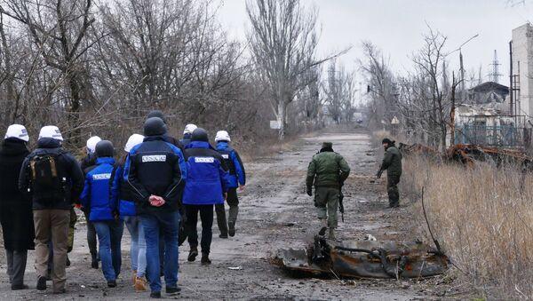 Замглава миссии ОБСЕ на Украине А. Хуг посетил район обстрелов на Ясиноватской развилке. Архивное фото