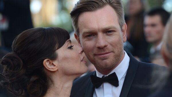 Шотландский актер Юэн МакГрегор и его супруга Ив Мавракис