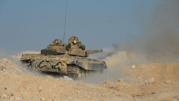 Танк Т-72 отряда ополчения Фатимиюн на переднем крае в горах в 10 км от Пальмиры, архивное фото