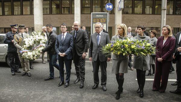 Премьер-министр Франции Мануэль Вальс, премьер-министр Бельгии Шарль Мишель, президент Европейской комиссии Жан-Клод Юнкер и верховный представитель ЕС Федерика Могерини возле метро в Брюсселе, где произошел взрыв