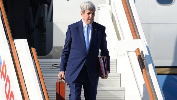 Государственный секретарь США Джон Керри в аэропорту Внуково-2 во время рабочего визита в Москву. Архивное фото