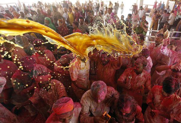 Празднование Холи в Ахмадабаде, Индия. 23 марта 2016